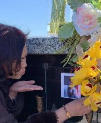 Ca sĩ Phương Loan gây xúc động khi gửi nụ hôn gió đến di ảnh của ông xã Chí Tài