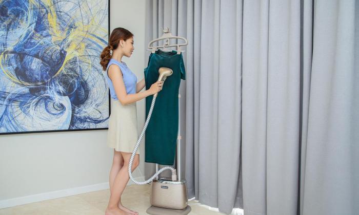 Bàn ủi hơi nước đứng giải quyết được nhiều vấn đề của cô nàng ngại ủi quần áo