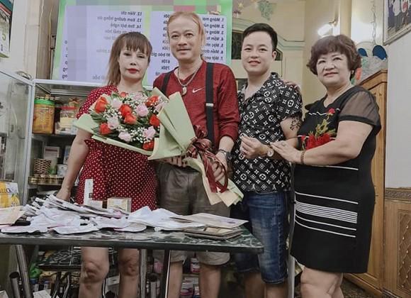 'Cô dâu 62 tuổi' Thu Sao chơi lớn in loạt thiệp hồng mời bạn bè đến dự tiệc kỷ niệm 2 ngày cưới, sinh nhật